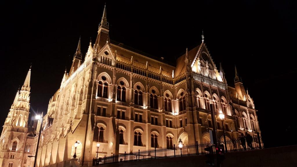 parlament-v-budapesti-noc