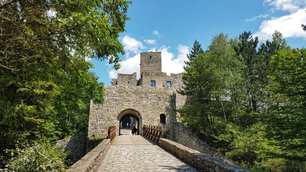 hlavna-brana-hradu-strecno