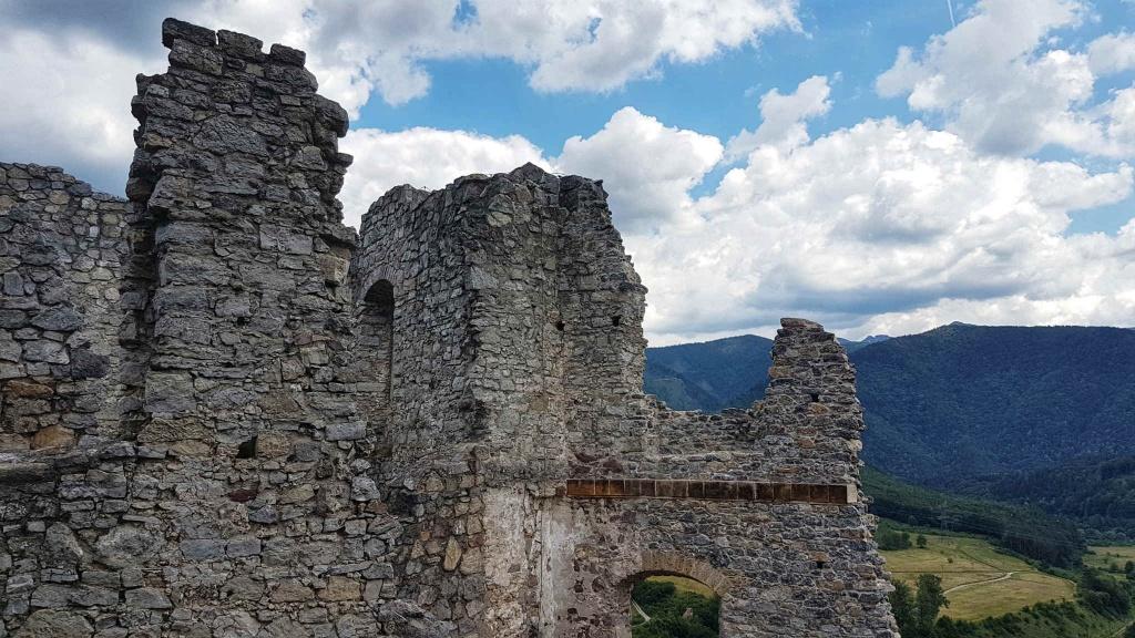 hrad-strecno-bastiony