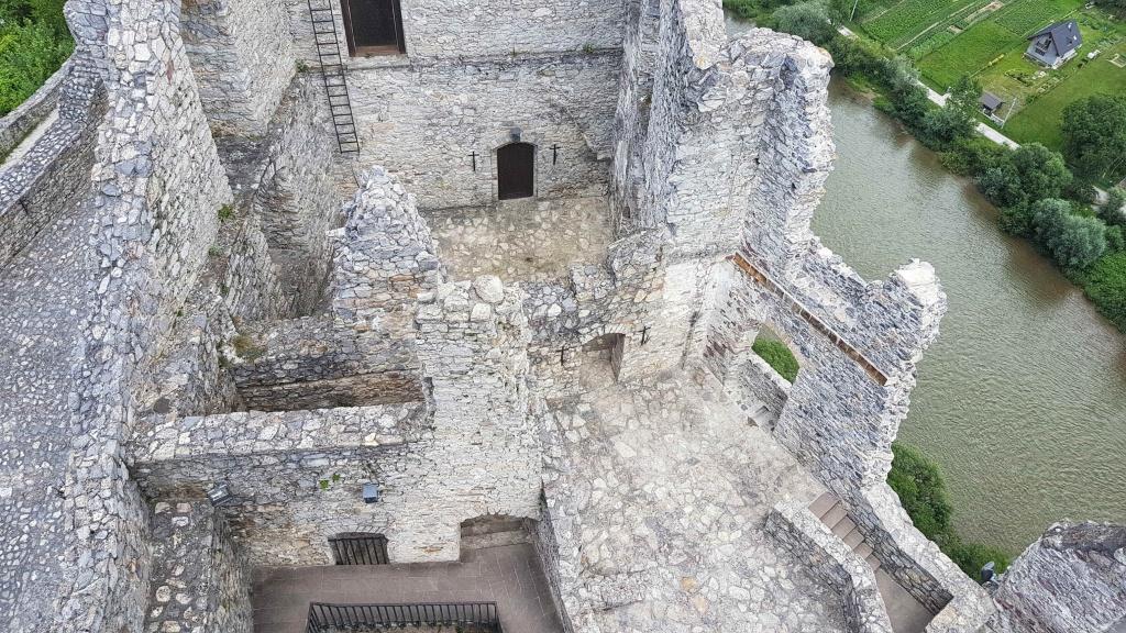 hrad-strecno-zrucanina-stavby