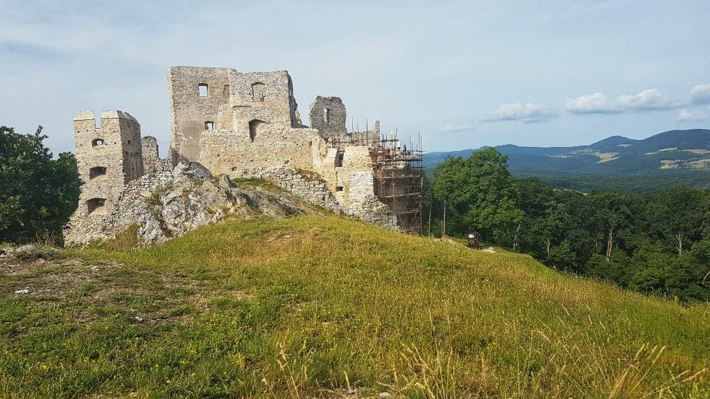 hrad-hrusov-zo-skalky-489-m