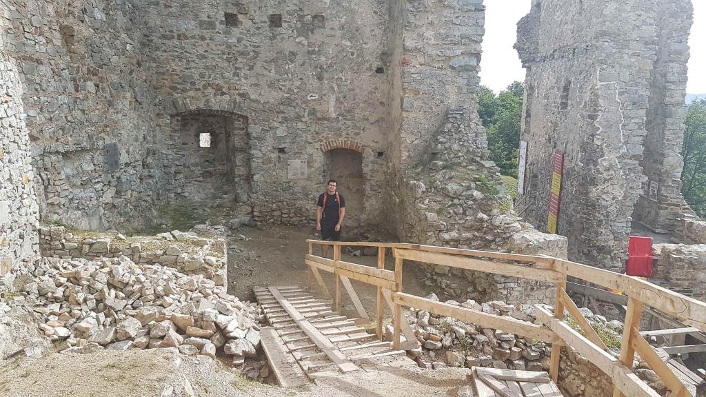 stavebne-prace-na-hrade-hrusov