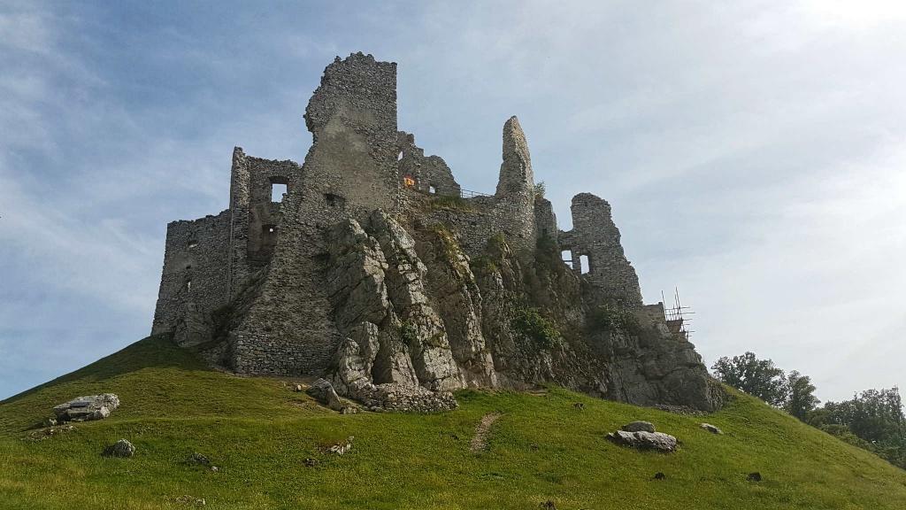 zrucanina-gotickeho-hradu-hrusov