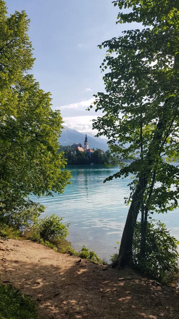 chodnik-okolo-jazera-bled