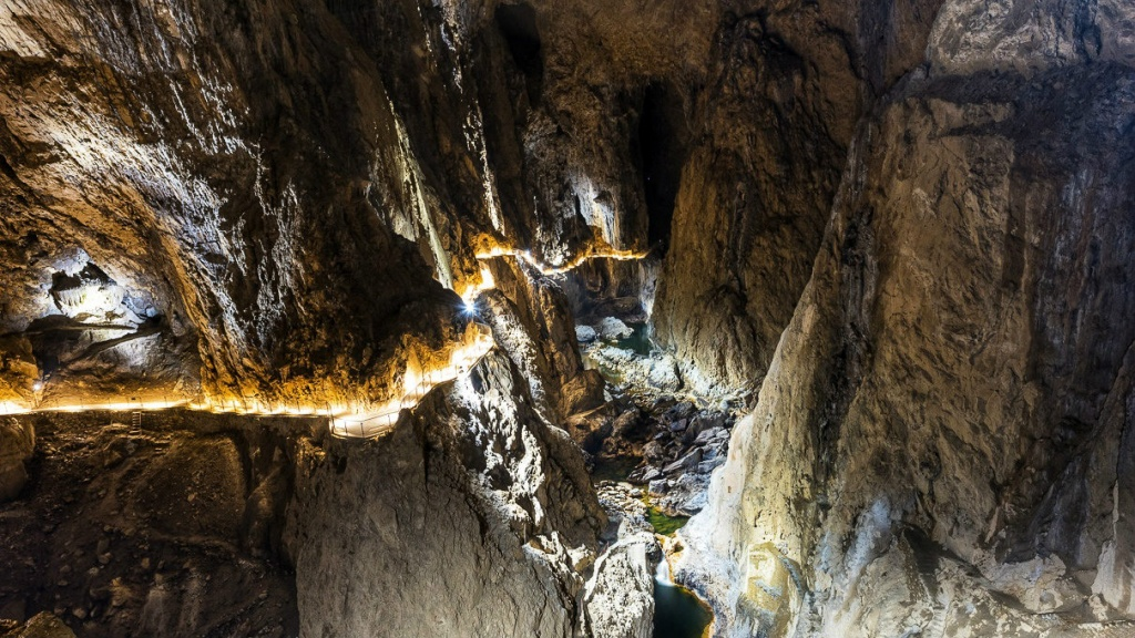 chodnik-okrajom-jaskyne