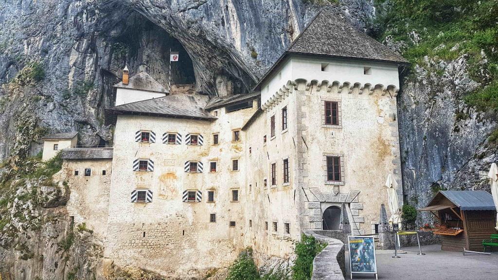 vstupna-brana-do-predjamskeho-hradu