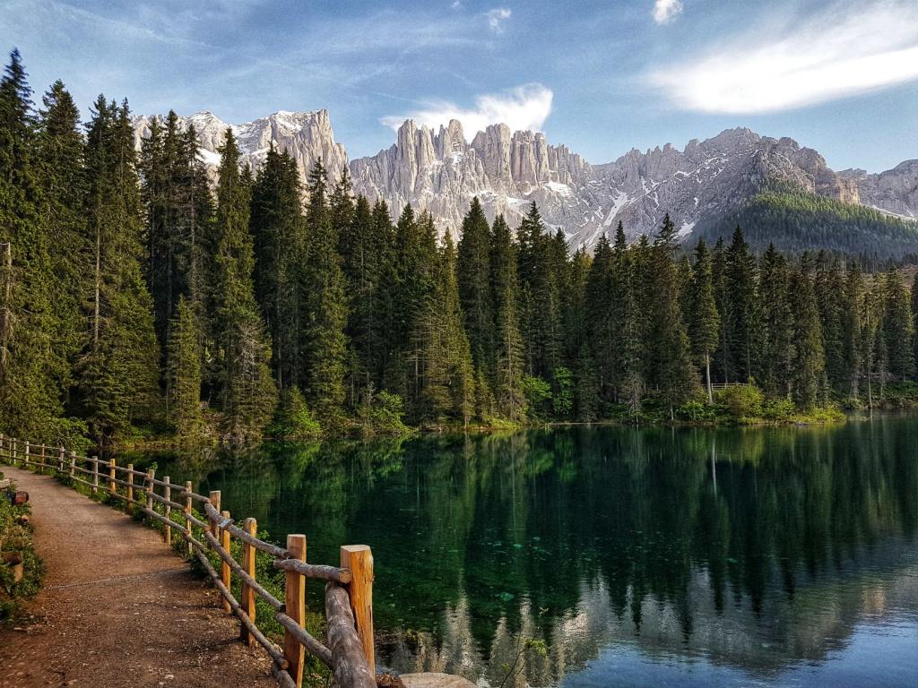 cesta-okolo-jazera-lago-di-carezza