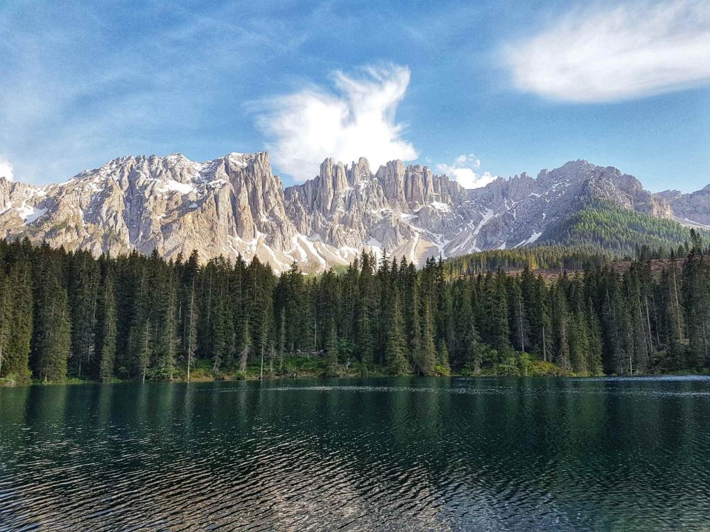vyhlad-na-dolomity-z-jazera-carezza