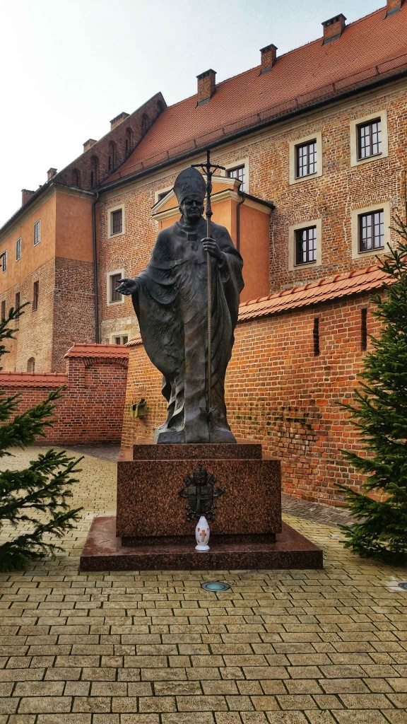 socha-papeza-v-krakove